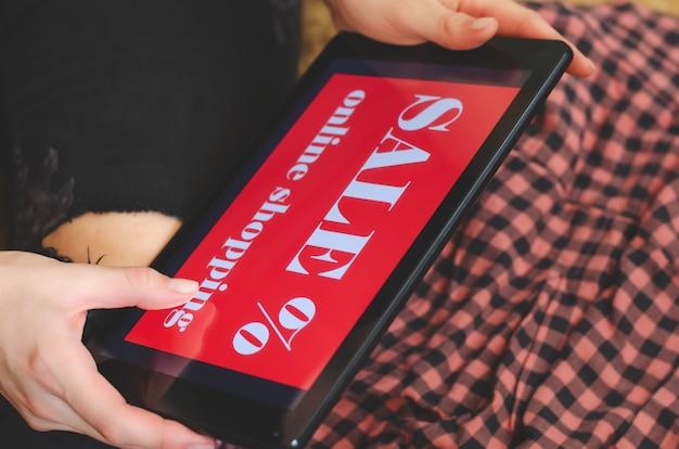 Femininas mãos segurando o tablet.