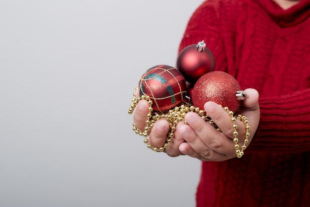 Femininas mãos segurando uma bola de natal