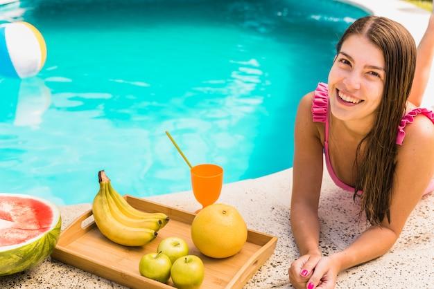 Femininas, mentindo, borda, de, piscina, com, frutas