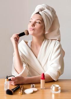 Feminino aplicando blush