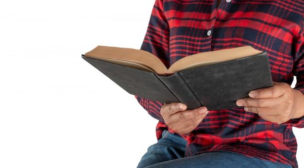 Feminino estão lendo livros na mão.