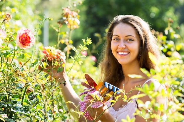 Feminino florista no jardim de verão