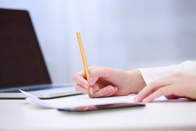 Feminino mão escrevendo, close-up