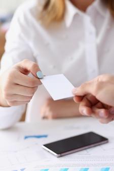 Feminino mão no terno dar cartão de visita em branco para feminino