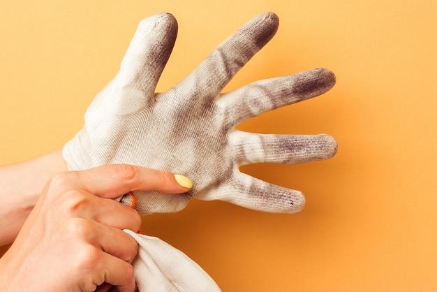 Feminino mão puxa uma luva de algodão de mordida de trabalho.