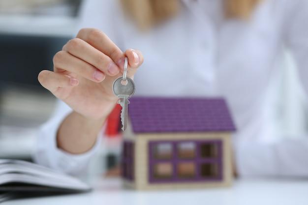 Feminino mão segura a chave da fechadura na mão