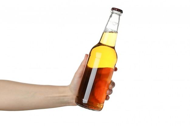 Feminino mão segura a garrafa de cidra, isolada no branco