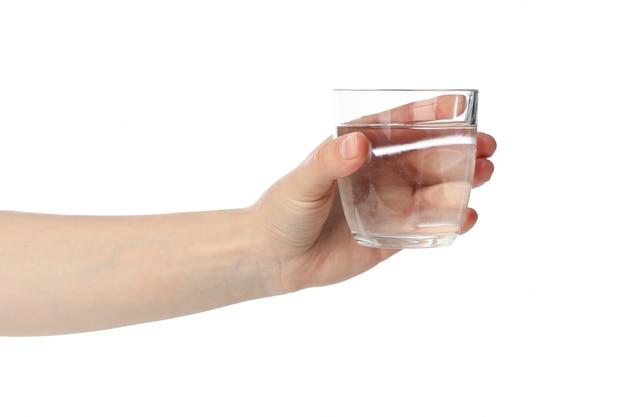 Feminino mão segura o copo de água, isolado no branco