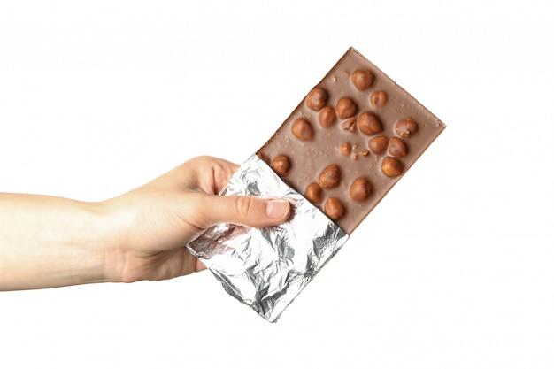 Feminino mão segurando a barra de chocolate, isolada no fundo branco