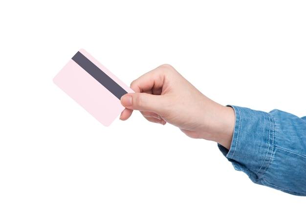 Feminino mão segurando o cartão de crédito rosa.