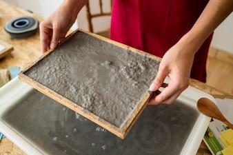 Feminino mão segurando o molde com polpa de papel