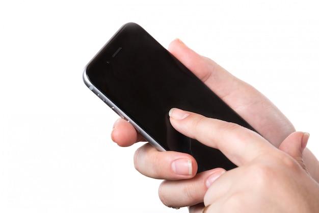 Feminino mão segurando o telefone móvel móvel preto moderno com tela em branco, isolada no branco