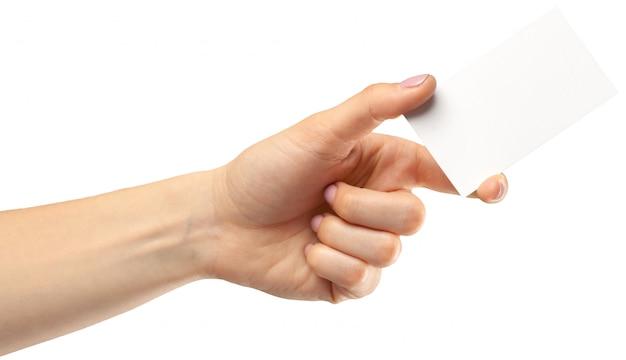 Feminino mão segurando papel vazio isolado no branco