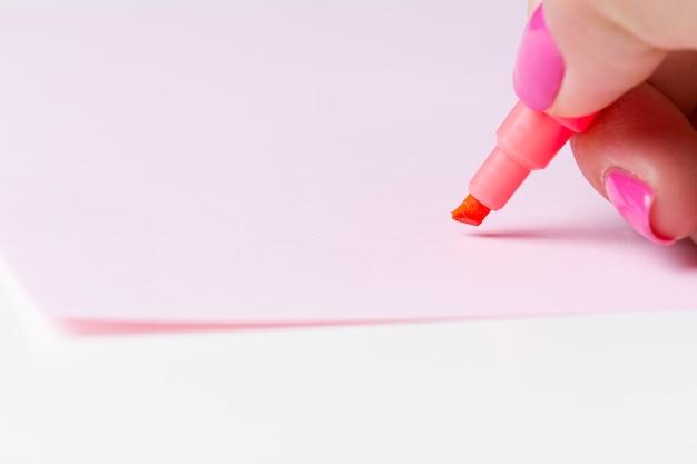Feminino mão segurando uma caneta de perto