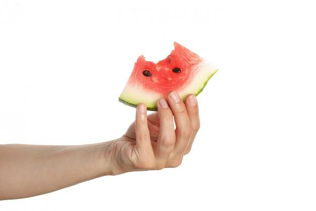 Feminino mão segure a fatia de melancia, isolada no branco