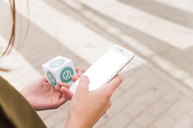 Feminino mão usando telefone celular e segurando o bloco whatsapp