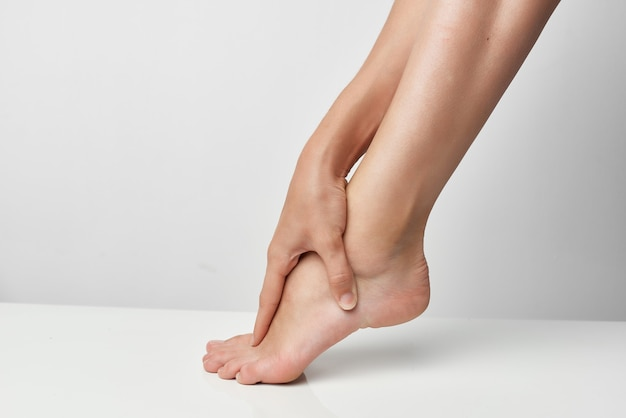 Feminino perna massagem close-up de lesão de dor nas articulações. foto de alta qualidade