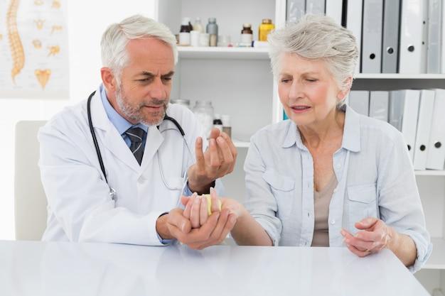 Feminino sênior paciente visitando um médico