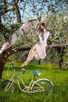 Feminino sentado em um galho de uma árvore florescendo