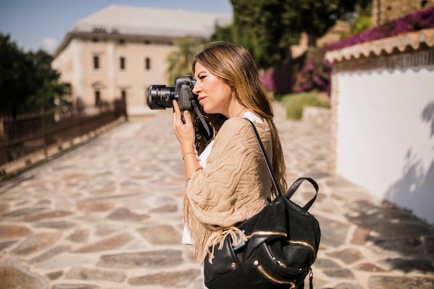 Feminino turista tirando foto na câmera