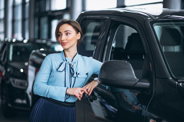 Feminino, vendedor, em, um, carro, showroom