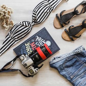 Feminino, viajando acessórios com câmera e diário na mesa