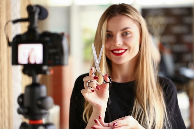 Feminino vlogger milenar segurar na mão