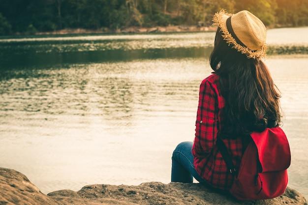 Femininos turistas na bela natureza em cena tranquila no feriado.