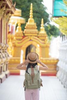 Femininos turistas viajam em templos.