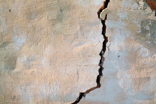 Fenda na parede de tijolos antigos