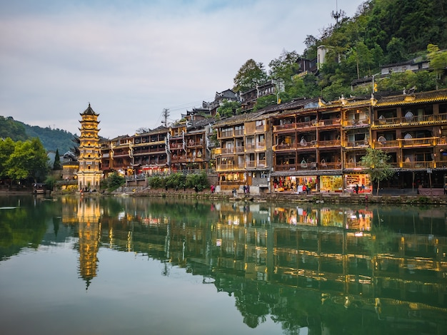 Fenghuang, hunan / china vista do cenário da cidade velha de fenghuang. a cidade antiga de phoenix ou condado de fenghuang é um condado da província de hunan, china
