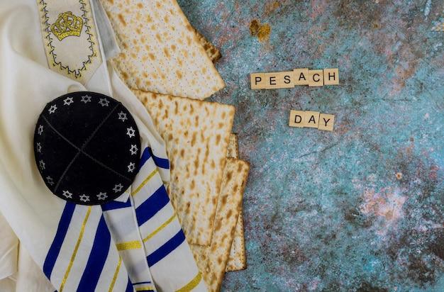 Feriado da família judaica páscoa na matzá kosher, a celebração da pesach