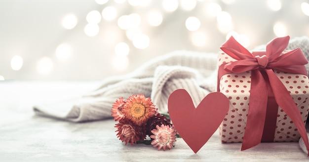 Feriado da parede, presente em uma linda caixa com um coração.