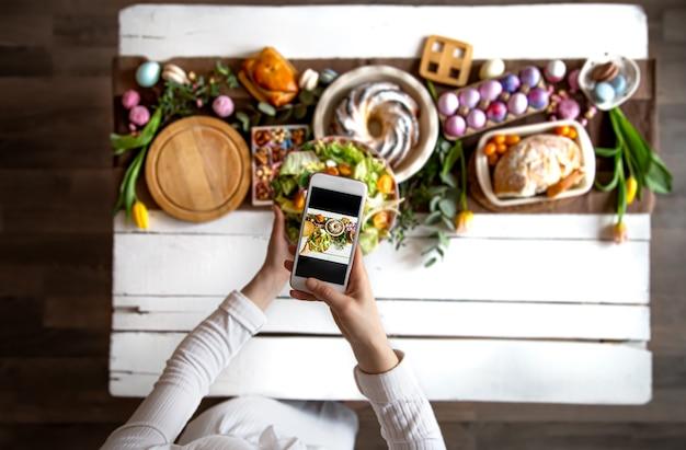 Feriado da páscoa. foto de seu telefone, mesa lindamente preservada, para um almoço festivo de páscoa ou café da manhã.