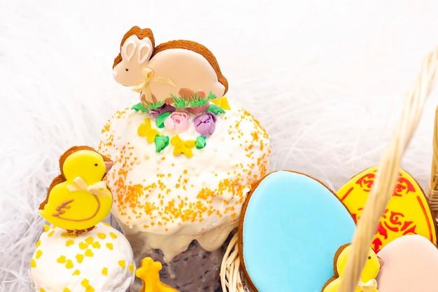 Feriado da páscoa. frango de gengibre de páscoa e coelho no bolo de páscoa. sobre um fundo claro.
