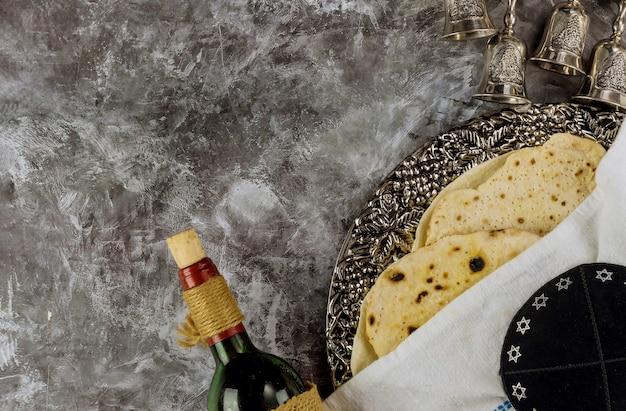 Feriado da páscoa na matzá e vinho, a celebração da família pesach
