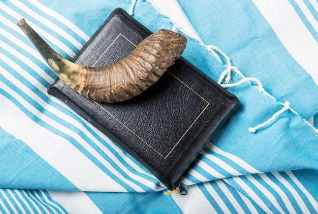 Feriado da religião judaica com kipá de chifre de shofar e livro de oração de talit