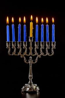 Feriado das luzes judaicas de chanuká, um símbolo da menorá em chamas do tradicional feriado judaico do judaísmo