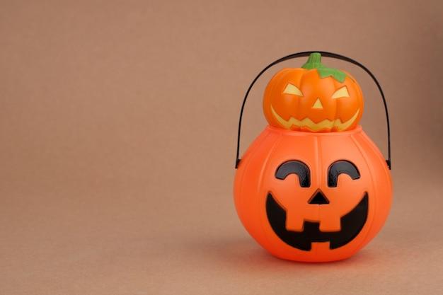 Feriado de halloween com abóbora e balde