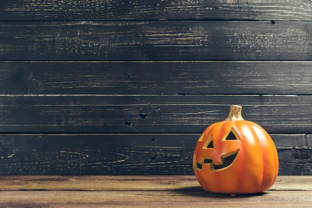 Feriado de halloween com abóbora na mesa de madeira