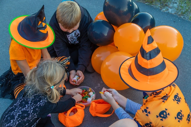 Feriado de halloween, criança fantasiada. foco seletivo. criança.