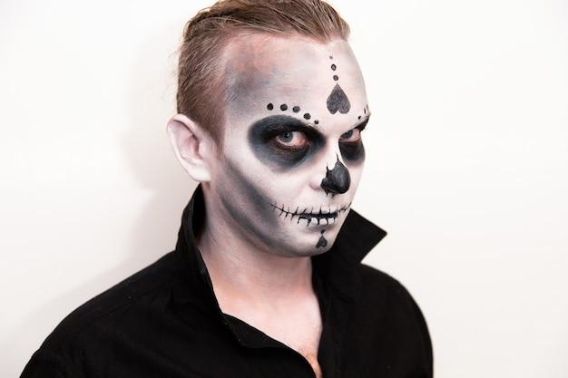 Feriado de halloween, retrato de um homem com maquiagem.