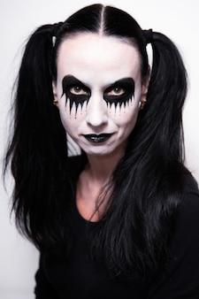 Feriado de halloween, retrato de uma menina com maquiagem.