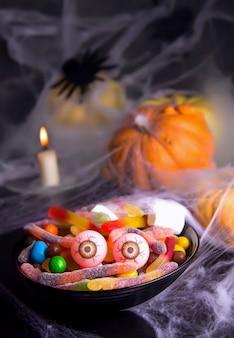 Feriado de halloween. um prato com doces