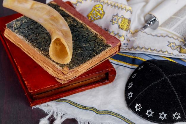 Feriado de judaísmo com kipá e talith