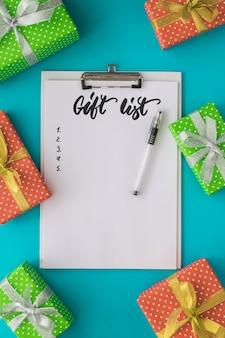 Feriado de natal e ano novo para fazer a lista com o bloco de notas, caneta, caixas de presente