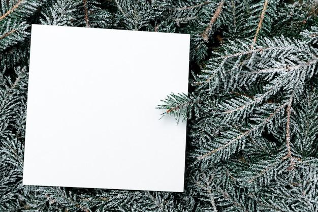 Feriado de natal simulado com ramos de pinheiro nevado