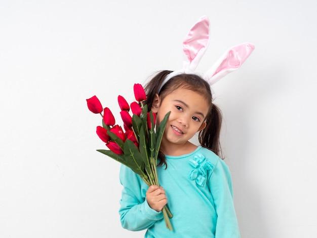 Feriado de páscoa para a menina feliz