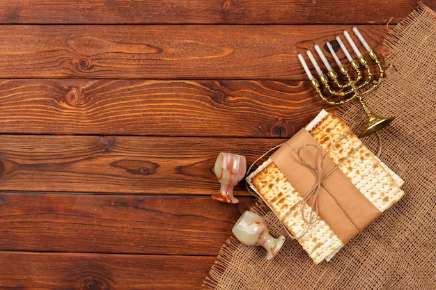 Feriado judaico banner design de páscoa com vinho, matzo na madeira.