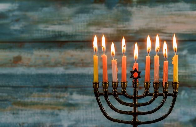 Feriado judaico de hanukkah com candelabros tradicionais de menorá